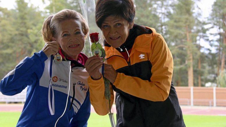 Maija Kupula (vas.) Haukiputaalta voitti juoksussa kolme SM-kultaa ja hopean aikuisurheilun SM-kisoissa. Vierellä kilpasisko Riitta Leppämäki Kuopiosta.