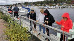 Osa Kellon koulun oppilaista kävi Kiviniemen rannassa Itämeripäivä -tapahtumassa. Kuva: Eemeli Ratilainen