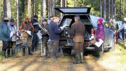Kilpailijat laskettiin liikkeelle minuutin välein. Matkaan lähdössä muiden muassa naisten sarjassa toiseksi sijoittunut Irja Säkkinen Koillismaan metsänhoitoyhdistyksestä.