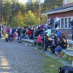 Iin Urheilijain pesisjaoston puheenjohtaja Jenni Tolonen (vasemmalla) jakoi joukoilleen ohjeistuksen ennen kisailun alkua.