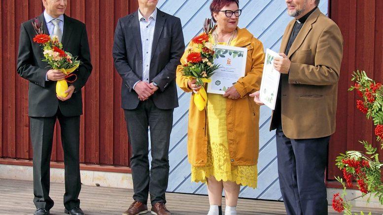 Iin Ympäristöpalkinto 2020 ojennettiin Anita Sieväselle, seurakunnalle luovutetun kunniamaininnan vastaanottivat puolestaan kirkkoherra Tapani Ruotsalainen (oikealla) ja talouspäällikkö Tapani Huhta (vasemmalla). Palkinnot luovuttivat Iin kunnanhallituksen puheenjohtaja Johannes Tuomela sekä kuvasta puuttuva hallintojohtaja Annastiina Junnila.