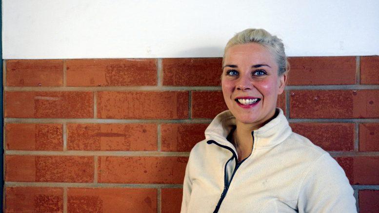 Iissä asuva Mari-Annika Hamari on aiemmin työskennellyt lähihoitajana, mutta vaihtoi alaa ja on sittemmin asentanut yli 400 ilmalämpöpumppua. (Kuva: Tuija)