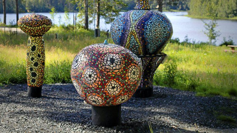 Iin kunnan uusin julkisen taiteen hankinta on kesällä julkistettu Paula-Suomisen mosaiikkiteos Kummalliset Kukat. (Kuva Inka Hyvönen)