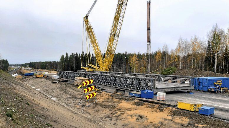 Liikenne palaa valtatielle marraskuun alkupuolella kun tulvan vaurioittama väliaikainen silta saadaan korjatuksi ja laitettua paikoilleen. Kuva: Jorma Leskelä.