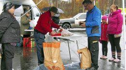 Arja Huhtasen merkitsemiä perunatilauksia jopa jonotettiin useaan otteeseen lauantain aikana, ja tyrnäväläispotuille riitti hakijoita. Kävijöiden ilmeet niin ulkona kuin Taitomyllyn sisätiloissa olivat myös huomattavasti kehnoa keliä aurinkoisempia.
