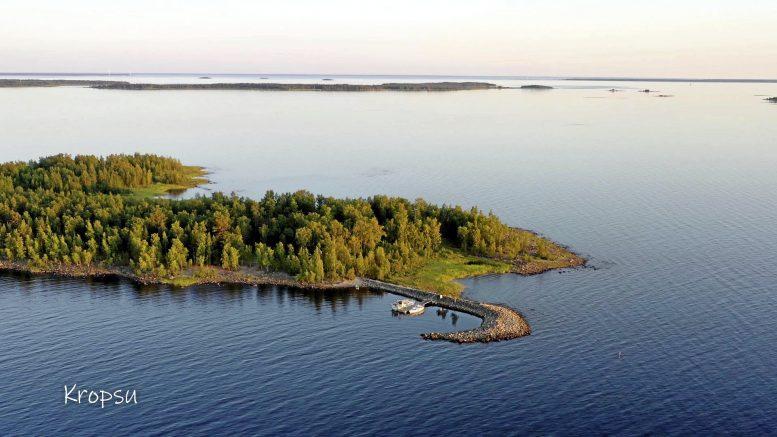 Upea Kropsun saari Haukiputaan edustalla. Kuva Leena Happosen ja Hannu Lievetmursun dronella kuvatusta videosta.