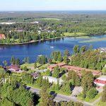 Haukiputaan maisemia tallennetaan yläilmoista käsin. Kuvassa etualalla Niemeläntörmää ja oikealla avautuu Siikasaarta. Vastarannalla kirkonkylää.