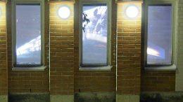 Nätteporin ikkunoita koristivat kansalaisopiston taidekoululaisten valoteokset, joista kuvassa oleva sijaitsi rakennuksen julkisivun puolella, toinen joen puolella.