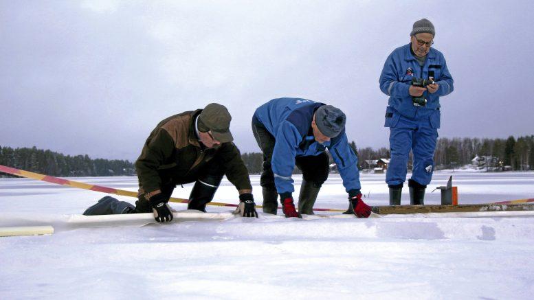 Tammikuu 2020. Jäälin järvialtaan suodatinkangas saatiin asennettua valmiiksi jäiden lähtöä odottelemaan. Talkoissa mukana olivat myös Eero Marttila, Kalevi Kuha sekä Kiimingin-Jäälin vesienhoitoyhdistyksen puheenjohtaja Markku Vuolteenaho.