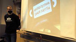 Mikko Koiranen kävi esittelemässä Jäälin koululla esikoisteostaan Nauhoitettava ennen käyttöä.