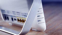 Reitittimen salasanan vaihto kannattaa. Jos asetuksien muuttamisessa menee jokin pieleen, tehdasasetukset voi aina helposti ja nopeasti palauttaa.