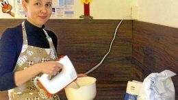 Saara Holmin keittiö on täyttynyt joulun alla lukuisat kerrat piparien ja muiden joululeivonnaisten tuoksusta, kun tuore yrittäjä on valmistanut leipomuksia niin oman perheensä tarpeisiin kuin myyntiinkin.