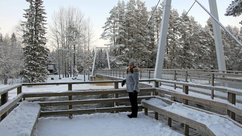 Suomen metsäkeskuksen projektipäällikkö Janica Mäyrä pitää Koitelin infran rakentamista malliesimerkkinä määrätietoisesta ja onnistuneesta työstä käyttää rakennusmateriaalina puuta. (Kuva: Teea Tunturi)