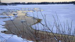 Kipakoista pakkasista huolimatta jäätilanne on vielä arvaamaton. Vaikka jääpeite vahvistuu, merellä on railoja, lunta on vähän ja rannoilla vettä. Jokien jäille ei kannata vielä mennä. Kuva Martinniemen edustalta Mustakarin aallonmurtajalta Haukiputaan suuntaan.
