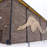 Koulun ulkoseinässä on oululaisen Minna Kangasmaan taideteos Tiedon virta.