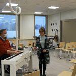 Rehtori Hannu Haataja ja musiikinopettaja innostuivat musisoimaan uuden koulun kunniaksi. Hetkestä löytyy video Rantapohjan nettisivuilta sekä Facebookista.