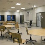 Työskentelytila, jonka ympärillä on luokkia ja ryhmätyötiloja.