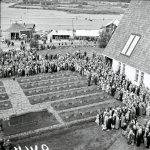 Yli-Iin ja Kuivaniemen maatalousnäyttely Iin Haminassa elokuussa 1957. Kuvassa näyttelyvieraita sankarihaudoilla pidetyssä tilaisuudessa. Kuva: Museovirasto.