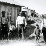 Väätäjän veljekset ja kaksi pikkupoikaa kalastusmajansa vieressä Kuivaniemellä 7.7.1925. Kuva: T.H. Järvi, Museovirasto.