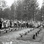 Olhavan sankarivainajien muistomerkin paljastustilaisuus 18.8.1957, Kuvassa kaatuneiden omaisia ja kutsuvieraita sankarivainajien hautojen äärellä. Kuva: Museovirasto.