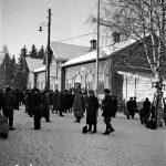 Matkustajia Iin rautatieasemalla 27.2.1945. Kuva: Museovirasto.