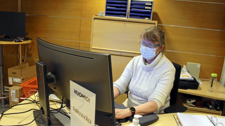 Pirkko Vesa työskentelemässä Oulu-opiston Haukiputaan toimistossa, joka sijaitsee nyt Jokelantiellä kirjaston monitoimitilassa.