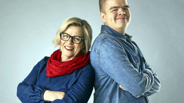 Satu Kreivi-Palosaari ja Uuno Palosaari. Äiti ja poika julkaisivat yhdessä iloisen rukouskirjan. Kuva: Henna Lohiniva
