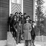 Miehiä portailla Yli-Iin kirkon edustalla todennäköisesti vuonna 1932. Kuva: Museovirasto, JOKA Journalistinen kuva-arkisto Kaleva.