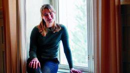 Jääliläinen nuorisovaltuuston 1. varapuheenjohtaja Emilia Luiro kertoo, että nuorten äänen saaminen kuuluville on myös Oulussa erittäin olennaista. Hän uskoo, että uusi ONE paneutuu kaupungin päätöksentekoon innokkaasti ja laajalla rintamalla. (Kuva: EVELIINA ERKKILÄ / ÖÖGA VISUALS)