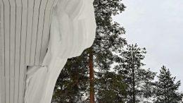 Lumisade on satanut tuulen kanssa aiheuttaen lumen kinostumista katoillekin. (Kuva: Teea Tunturi)