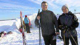 Paluumuuttjat Heini ja Tom Alderman perheineen nauttivat talvipäivästä meren jäällä ja poikkesivat iglukahvilassa.