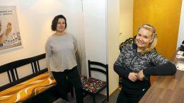 Karin Björnholm (vasemmalla) ja Satu Kaisto toivovat, että hyvinvointi Iisii kokoaisi muitakin hyvinvointialan yrittäjiä.