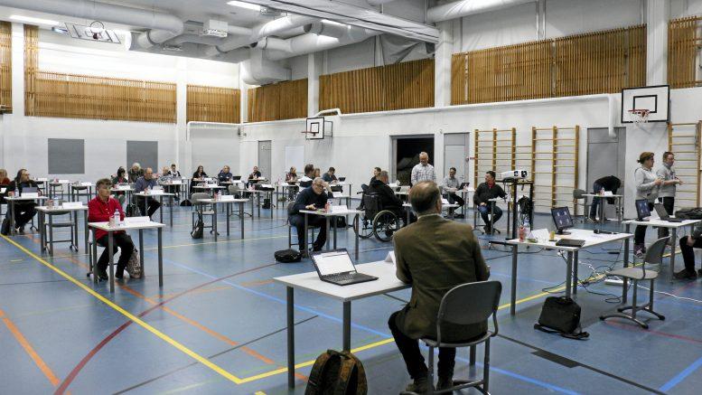 Iin kunnanvaltuusto on kuluvalla valtuustokaudella kokoontunut useissa eri paikoissa. 27.4.2020 valtuuston kokous pidettiin turvavälein Valtarin koululla.