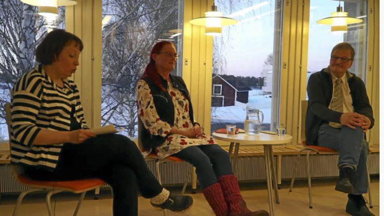 Kirjastonjohtaja Minna Halonen haastatteli vihreiden kunnallisjärjestön puheenjohtaja Heli-Hannele Haapaniemeä ja vasemmistoliiton kunnallisjärjestön puheenjohtaja Teijo Liedestä viime keskiviikkona. KUVA: Kuvankaappaus livelähetyksestä