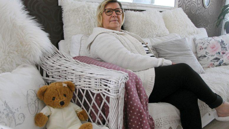 Raija Hiltunen avasi kotinsa ovet ikäihmisille. Perhekoti Helli toimii jääliläisen rivitalon kodikkaassa päätyasunnossa. (Kuva: Teea Tunturi)