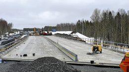 Nelostien liikenne pääsee kulkemaan nyt uudella Allikon sillalla aluksi vuorotellen sillan yhtä kaistaa pitkin. Viereinen työmaanaikainen varasilta puretaan ennen tulvakautta. Siltahankkeen on määrä valmistua heinäkuussa. Kuva: Väylävirasto