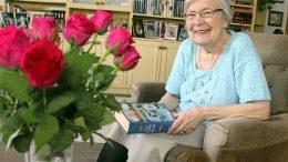 Maila Hintikka nauttii kirjojen lukemisesta. Kirja tai käsityö on hyvä olla aina käden ulottuvilla.