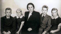 Perhekuvassa 1950-luvun alussa Hyvinkäällä. Vasemmalta Osmo, Kaarina, Elli-äiti, Olli ja Arja. Kuvassa ollaan vakavina.