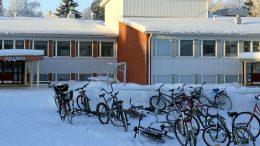 Kyselyyn vastauspäivänä ja sitä edeltävänä koulupäivänä kävellen tai pyöräillen tuli luokka-asteesta riippuen 36–79 prosenttia oppilaista. Vähiten kävellen tai jalan tultiin ensimmäiselle luokalle, eniten viidennelle luokalle. Arkistokuva Kuivaniemen koululta.