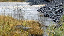 Varasilta penkereineen on poistettu sillan pohjoispuolelta, mutta eteläpuolen penger on vielä paikallaan, ja se huolestuttaa kalatalousaluetta, joka pelkää, että penger estää esimerkiksi taimenen nousun jokeen tältä keväältä. Kalataloualueen mielestä penkereet olisi pitänyt poistaa ennen tulvia. (Arkistokuva: Jorma Leskelä)