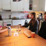 Sosiaalityöntekijä Melanie Rajavaara sekä jääliläiset tukivanhemmat Ella Häyrynen ja Ville Seppänen ovat yhtä mieltä siitä, että tukiperhetoiminnan myötä syntyy usein hyvinkin merkityksellisiä ihmissuhteita. (Kuva: Teea Tunturi)
