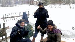 Kulttuurikauppilan Inka Hyvönen (vas.) ja Jetta Huttunen (oik.) sekä Iin kunnan museonhoitaja Hanna Puolakka lähettivät oman terveisensä Oulu2026-hankkeelle. Ii on vahvasti mukana Oulu2026-hankkeessa. (Kuvankaappaus livelähetyksestä)