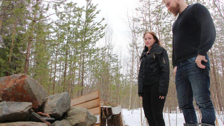 Jääliläiset Ella Häyrynen ja Ville Seppänen ovat olleet tukiperheenä kahdelle lapselle nyt noin 1,5 vuoden ajana. Lapset elävät mukana perheen arkea ja pääsevät puuhaamaan kodin pihapiirissä monenlaista mukavaa. Kuvassa tukiperhevanhemmat ihastelevat poikien rakentamaa majaa. Tukiperheistä on Oulun seudullakin jatkuvasti kova pula, ja Häyrynen ja Seppänen toivovat, että heidän esimerkkinsä saisi muitakin perheitä tekemään merkityksellistä työtä lasten eteen.