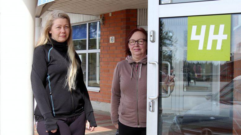 Miia Konttinen ja Sirkka Vahtola sekä toimistokoira Antero iloitsevat 4H:n uusista tiloista Ylikiimingissä. (Kuva Teea Tunturi)