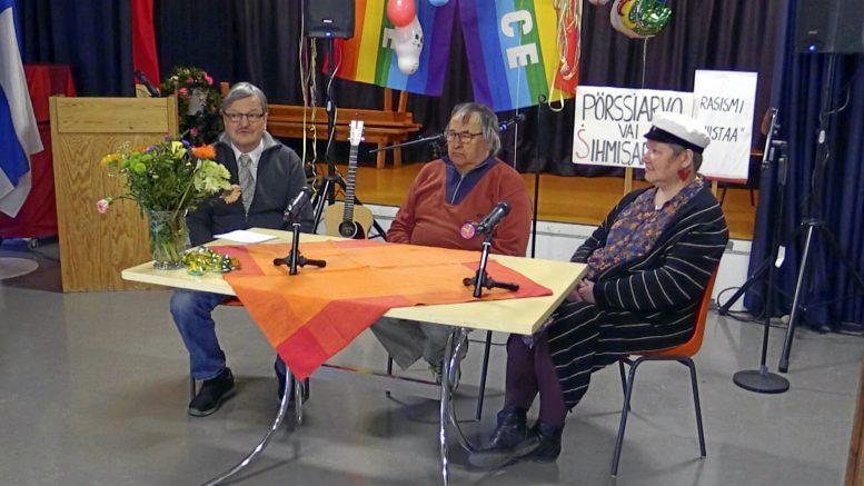Yleisökysymyksiin vastasivat Iin järjestötalolla Iin vasemmiston kunnallisjärjestön sekä kunnanvaltuuston puheenjohtaja Teijo Liedes ja kunnanvaltuutetut Tauno Kivelä ja Leena Tiiro.