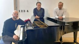 Muusikot Elias Niemelä (vas.), Reijo Alatalo ja Raimo Paaso esiintyvät konserttituokioissa yhteisvastuun hyväksi. Kuva: Hannu Niemelä