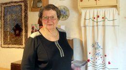 Kahdeksankymppisen Liisa Kääriän päivät täyttyvät ulkona liikkumisesta sekä käsitöistä. Taustalla näkyy pieni ryijy, jonka Liisan äiti aikanaan aloitti ja jonka Liisa juuri ennen koronaa sai viimeisteltyä. –Ryijy oli kääröllä ja siinä oli kaikki langat mukana, kun äiti sen minulle antoi. Vuosien aikana usein sen otin käsiini ja ajattelin, että mitä sille tekisin. Nyt se on vihdoin valmis! (Kuva: Teea Tunturi)