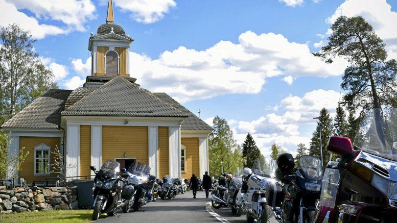 Vuonna 2019 Ylikiimingin kirkon pihaan parkkeerasi helatorstaina yli 200 moottoripyörää, kun perinteinen motoristikirkko järjestettiin jo 20 kerran. (Arkistokuva: Terhi Ojala)