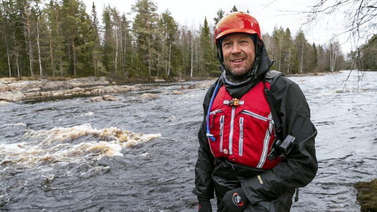 """Mikko """"Peltsi"""" Peltolan Peltsin toinen luonto -ohjelman toista tuotantokautta kuvattiin Kiiminkijoella sen tulviessa. Koitelinkoski ja muut Kiiminkijoen kosket tekivät vaikutuksen Peltsiin. (Kuva: Joni Luomanen)"""