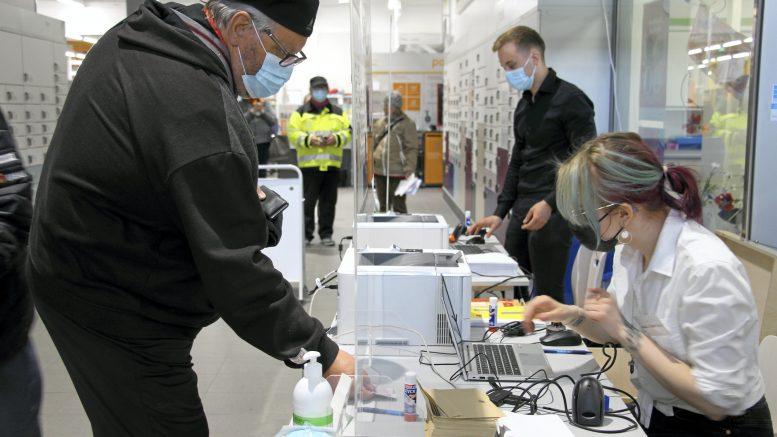 Timo Salonen lähti äänestämään heti ennakkoäänestyspaikan avauduttua Haukiputaan S-Markettiin.